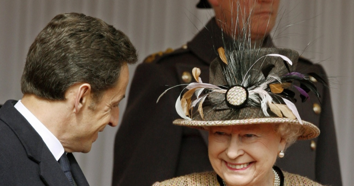 Queen Elizabeth II (R) speaks with French President Nicolas Sarkozy in Windsor, west of London, on Mar. 26, 2008.</p>