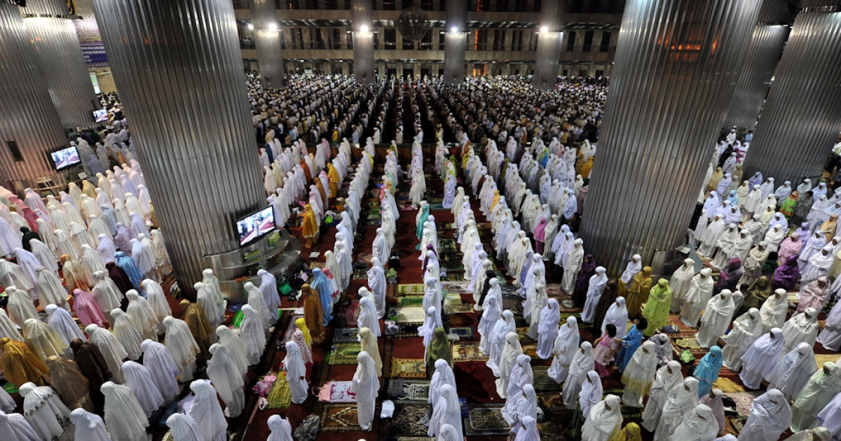 Muslim Indonesians pray on the first night of Ramadan on July 31, 2011 in Jakarta.</p>