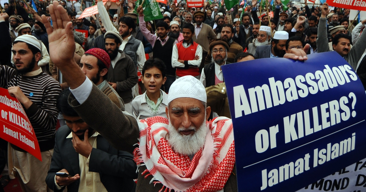 Activists of the Pakistani fundamentalist Islamic party Jamaat-i-Islami (JI) shout slogans during a protest against arrested US national Raymond Davis, in Lahore on Feb. 25, 2011. The CIA contractor, charged with double murder after shooting dead two men in Pakistan, refused to sign a charge sheet in court on February 25 and insisted he had diplomatic immunity, lawyers said. The hearing was adjourned until March 3.</p>
