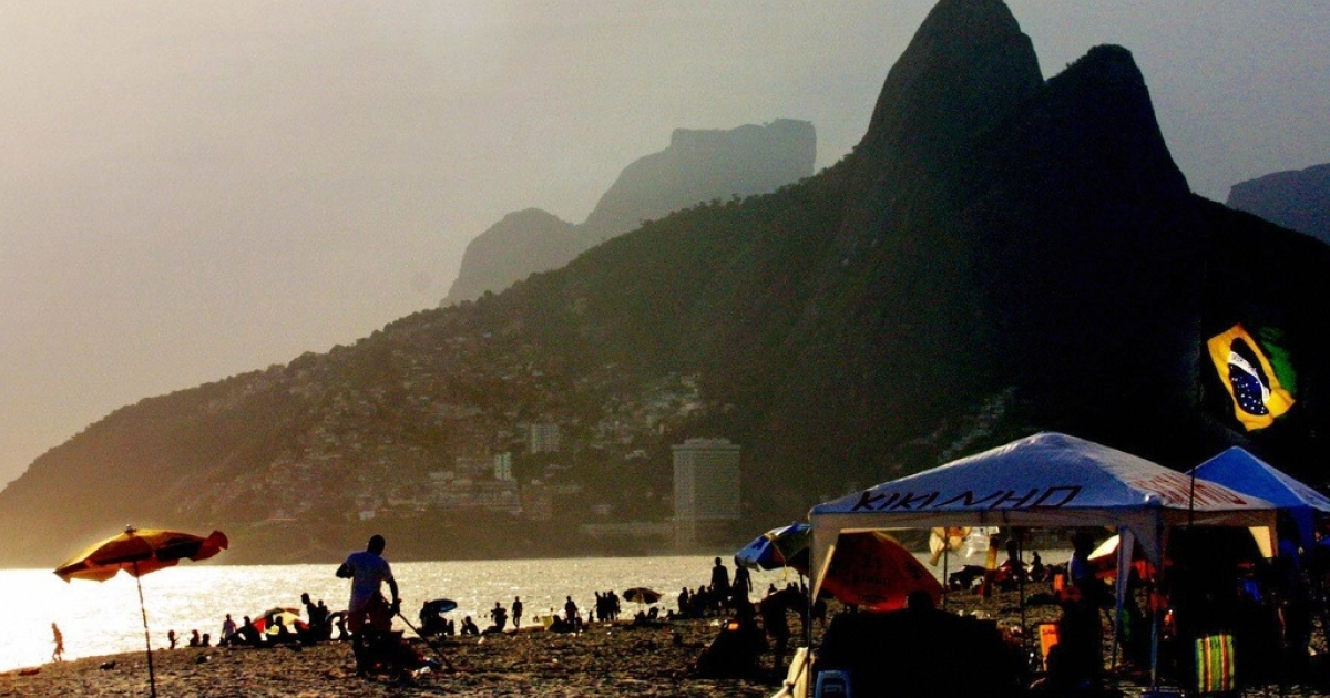 The sun rises at Ipanema beach, on Dec. 22, 2003.</p>