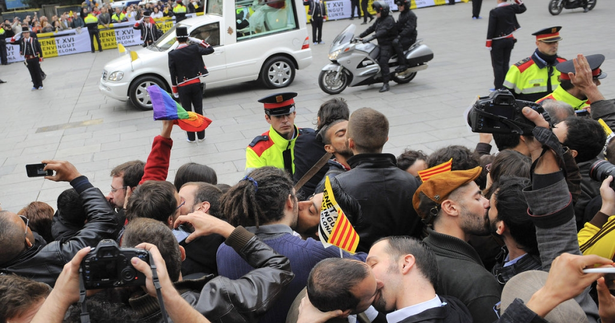 Gay couples kiss in protest as Pope Benedit XVI travels to La Sagrada Familia Basilica on November 7, 2010 in Barcelona, Spain.</p>