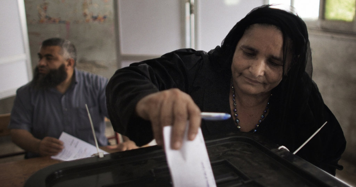 An Egyptian Coptic woman casts her ballot at a polling station in the Manshiyet Nasser district in Cairo on May 23, 2012, during historic presidential elections, the first since a popular uprising toppled Hosni Mubarak.</p>