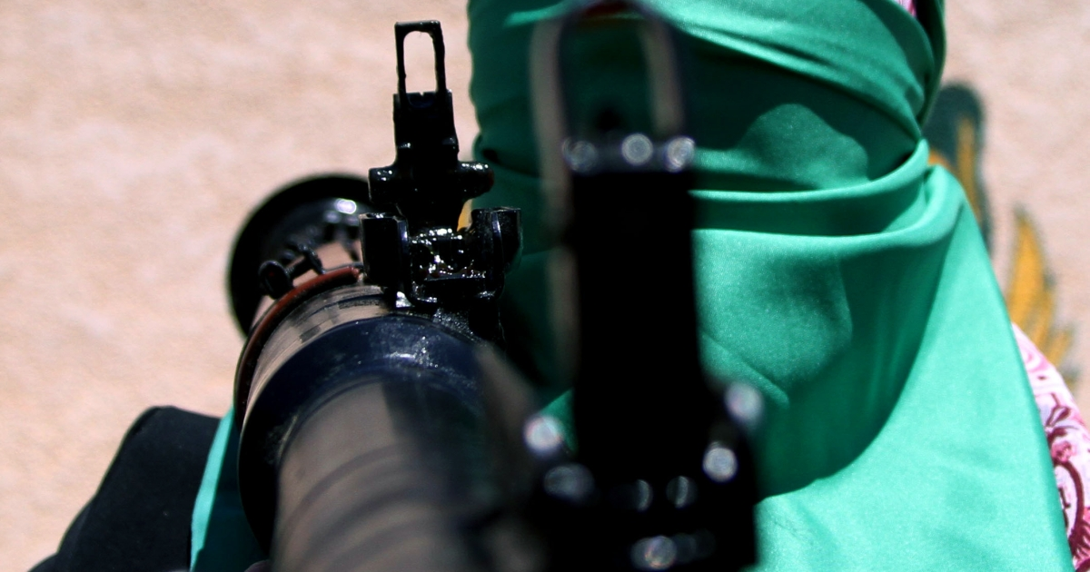 A Libyan woman, loyal to Gaddafi, takes part in an arms training session (photo taken on government tour).</p>