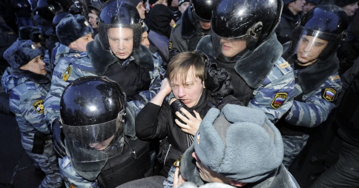 Police officers detain activists of the Other Russia movement who tried to hold an unsanctioned protest outside the central election commission in Moscow, on March 5, 2012.</p>