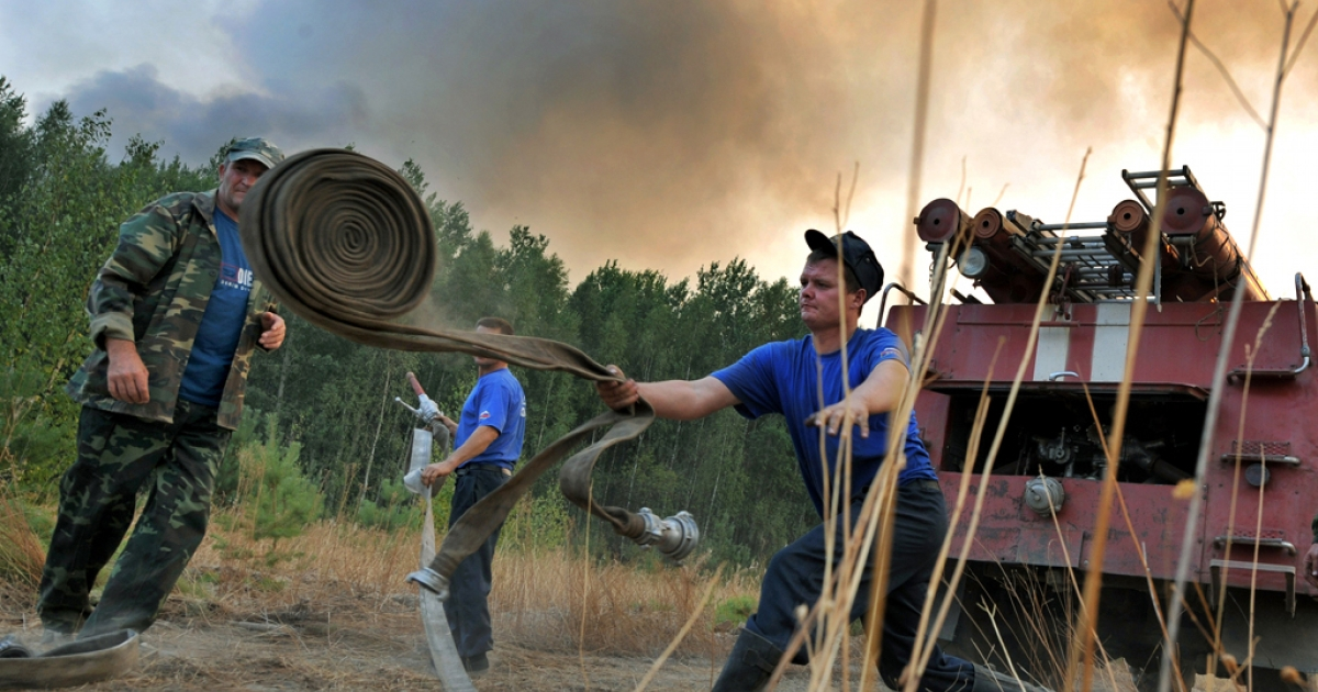 Russian firefighters prepare to extinguish a fire at a forest near the village of Tokhushevo, some 50 km outside Sarov on August 11, 2010. A new wildfire broke out Wednesday near a major nuclear research center in the Russian town of Sarov, causing the plant's management to ask firefighters and troops to reverse their withdrawal.</p>