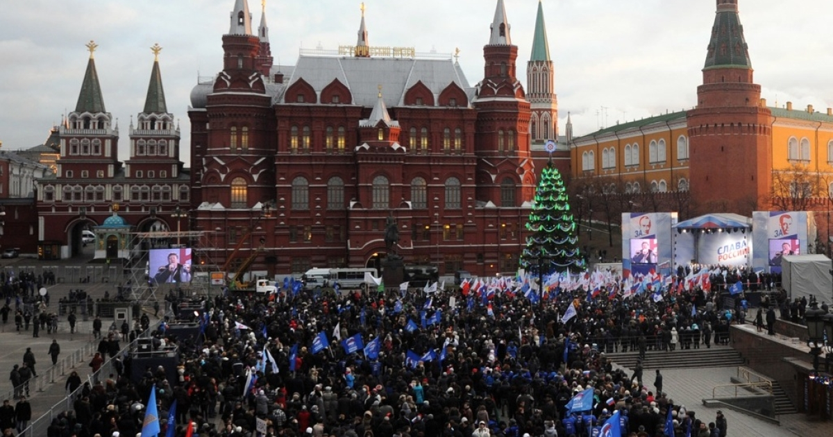 Supporters of Russian prime minister Vladimir Putin rally near the Kremlin wall in central Moscow on Dec. 12, 2011. Election fraud claims reported by Russia's opposition have triggered Russia's biggest mass protests in at least a decade.</p>