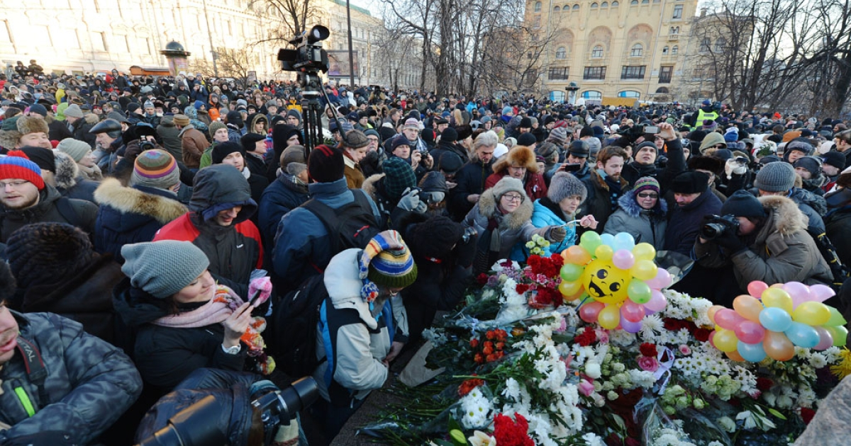 People lay flowers on a monument dedicated to victims of political oppression during a protest marking the first anniversary demonstrations against President Vladimir Putin in Moscow on December 15, 2012. Moscow police detained 40 people, but later released them without charges.</p>