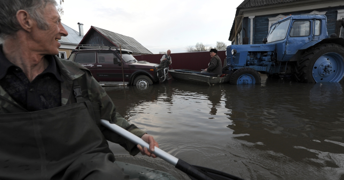 A man paddles a boat in the flooded town of Kadom, in the Ryazan Region, some 430 km east of Moscow, on April 23, 2012.</p>