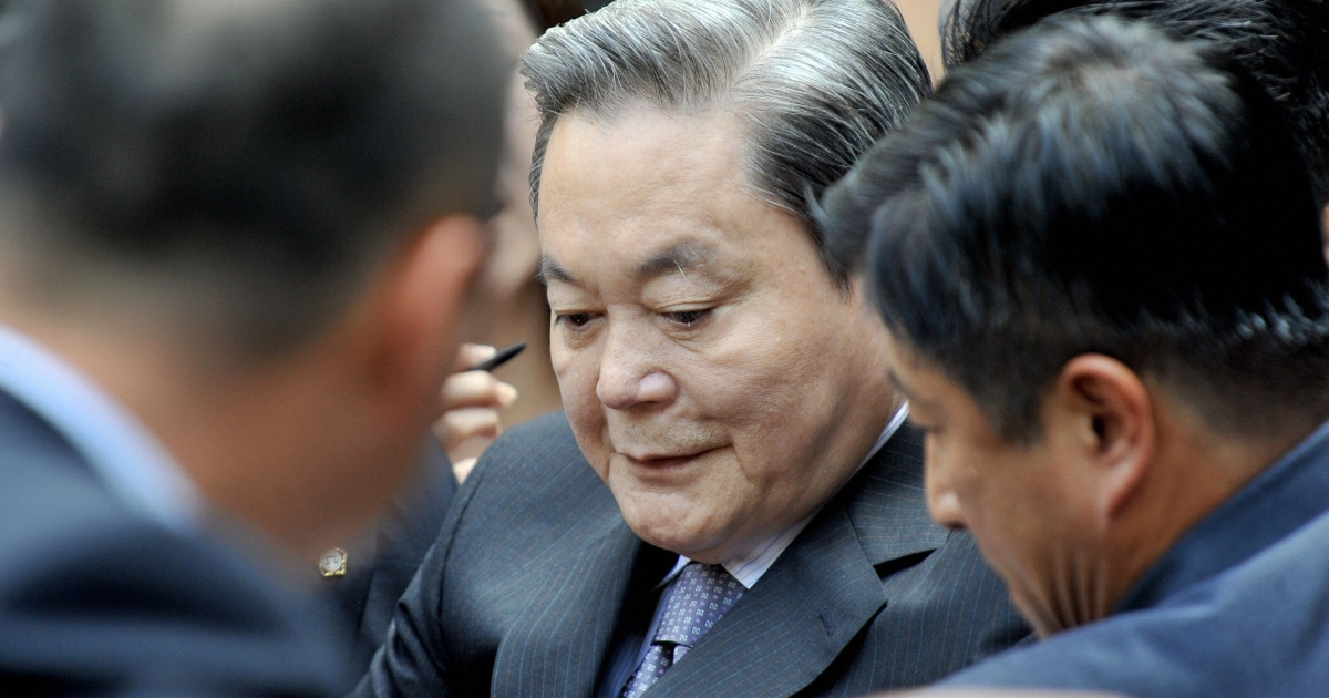 Lee Kun-hee (C) took over the chairmanship of Samsung after his father's death in 1987.</p>