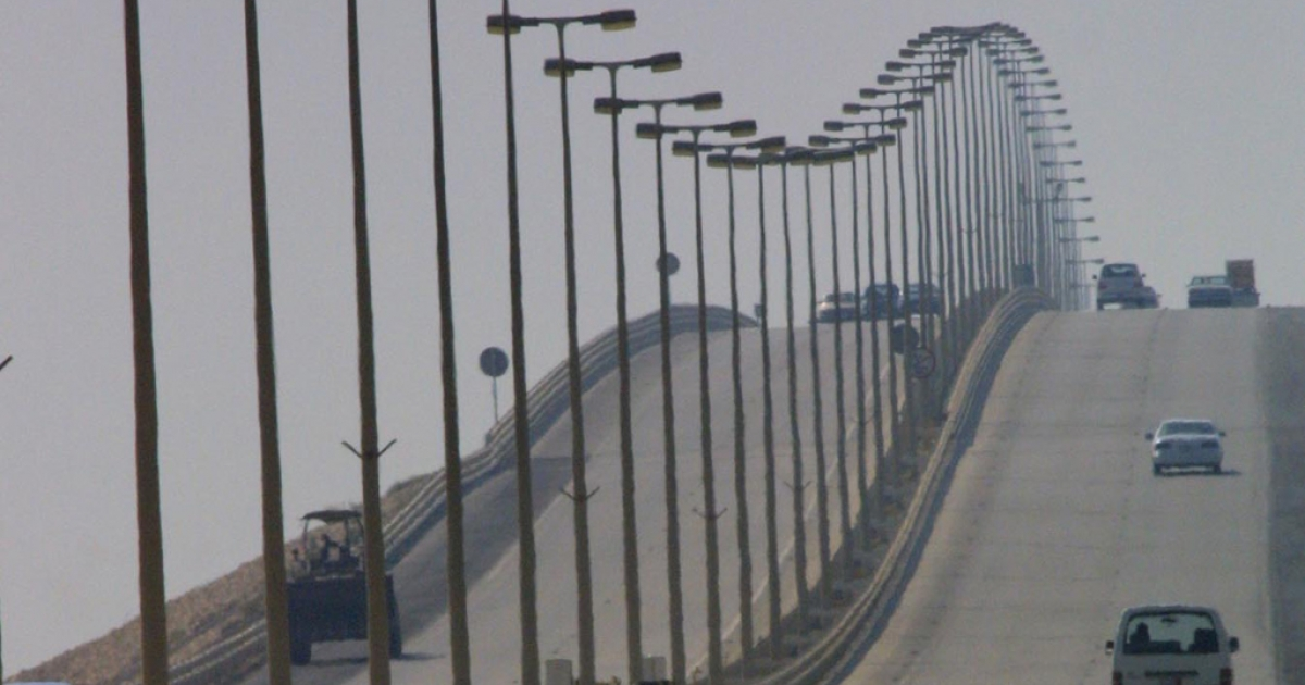 Cars make their way over the King Fahd Causeway that links Bahrain and Saudi Arabia, Oct. 11, 2001.</p>