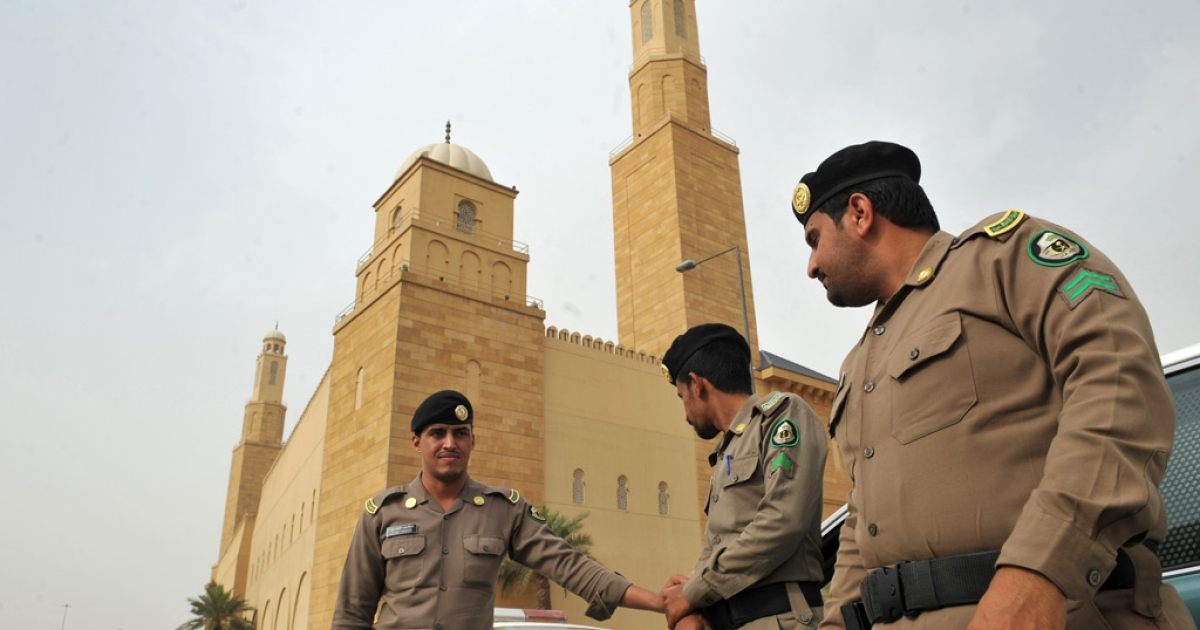 Saudi policemen stand guard in front of the 'Al-rajhi mosque' in central Riyadh on March 11, 2011.</p>