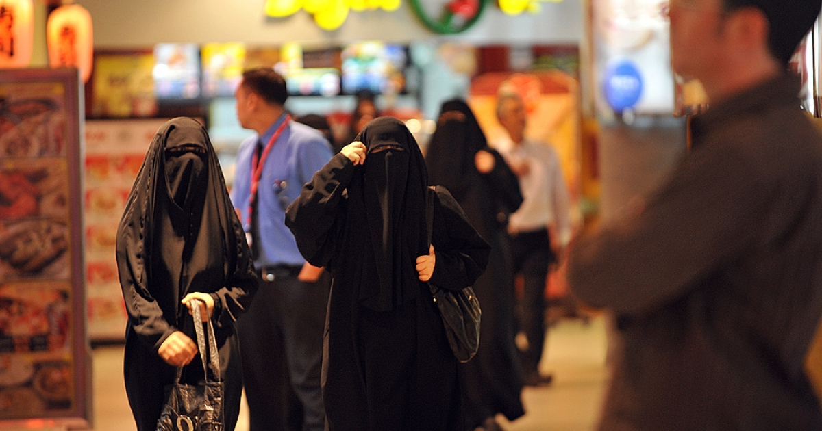 Saudi women walk inside the 'Faysalia' mall in Riyadh City, on September 26, 2011, a day after Saudi Arabia's King Abdullah bin Abdulaziz al-Saud granted women the right to vote and run in municipal elections, in a historic first for the ultra-conservative country where women are subjected to many restrictions.</p>