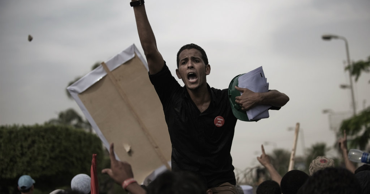 Egyptian anti-SCAF protesters shout slogans against the soldiers.</p>