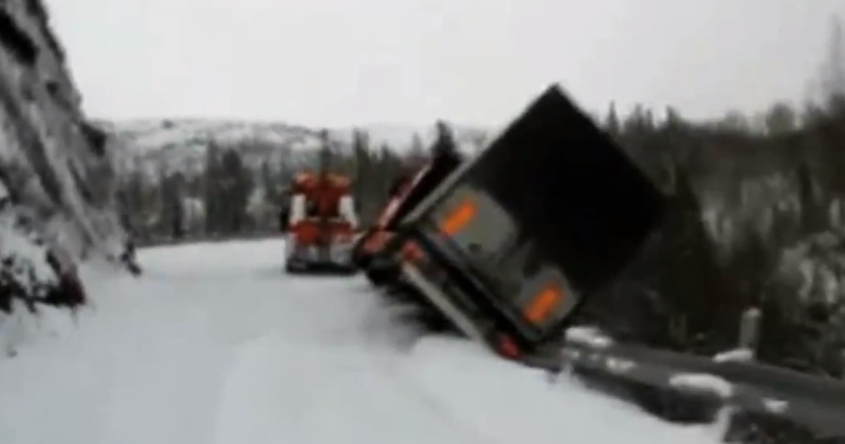The moment where a lorry slides over a cliff on an icy mountain pass in Norway, dragging its rescue vehicle with it.</p>