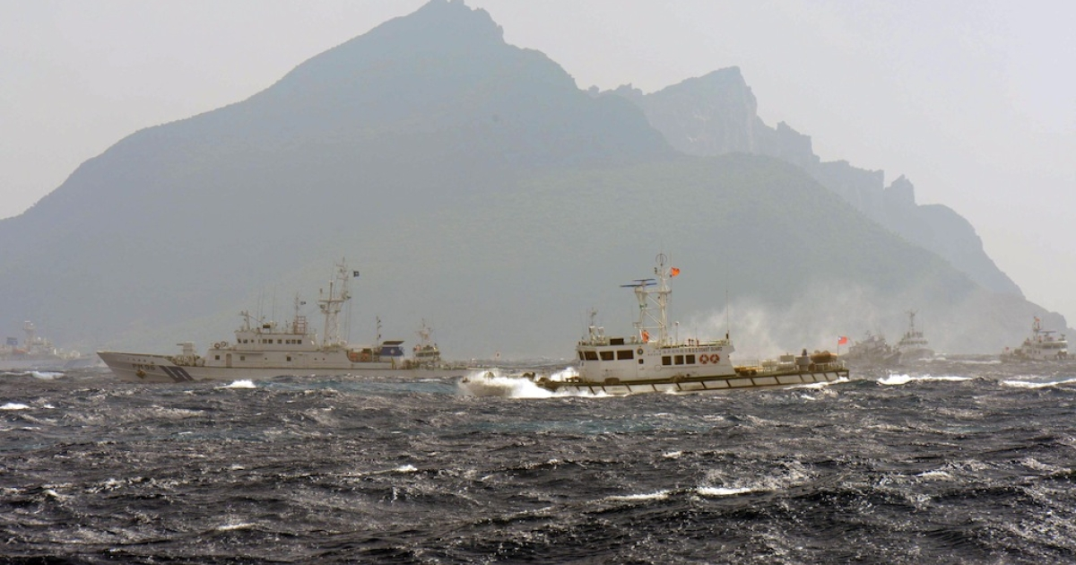 A Taiwan Coast Guard boat (R-with red flag) is blocked by a Japan Coast Guard vessel (L) in the waters near the disputed Diaoyu/Senkaku islands on Sept. 25, 2012.</p>