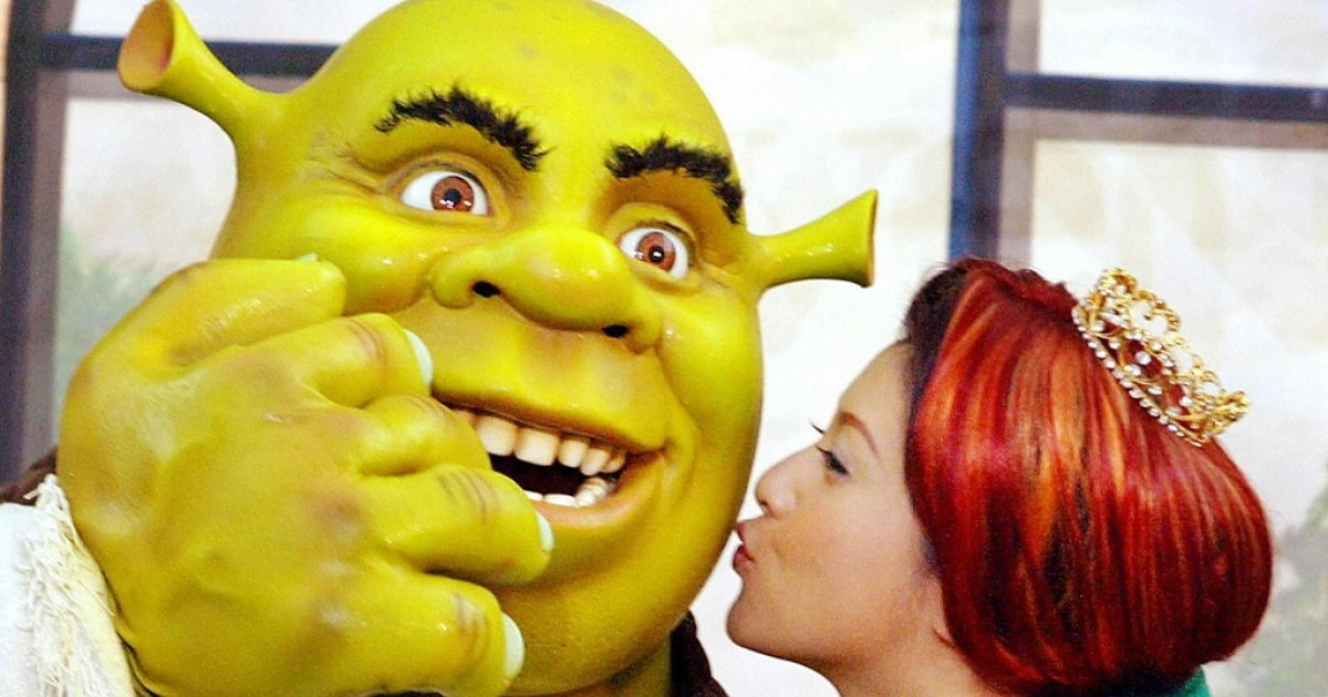 Actress Norika Fujiwara, who was the voice of Princess Fiona in the Japanese version of the movie Shrek, kisses Shrek at the opening of the 'Shrek 4-D Adventure' at Universal Studios Japan in Osaka on 18 June 2003.</p>