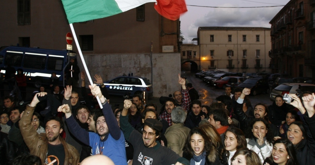 Members of the anti-mafia 'addiopizzo' committee celebrate after the arrest of mafia boss Giovanni Nicchi in December, 2009 in Palermo. Addiopizzo tourism is an emerging trend in ethical travel.</p>