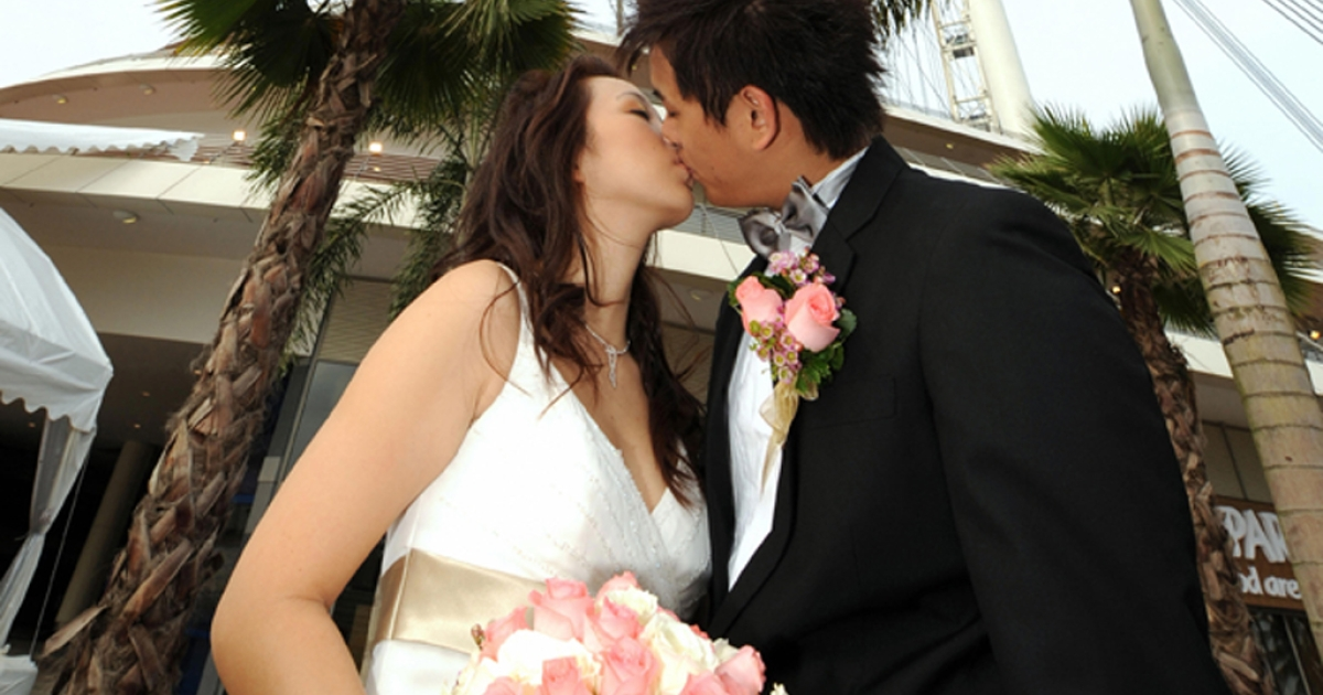 Singaporean couple Stella Yeo and Javien Lee kiss before their marriage ceremony on February 14, 2008.</p>