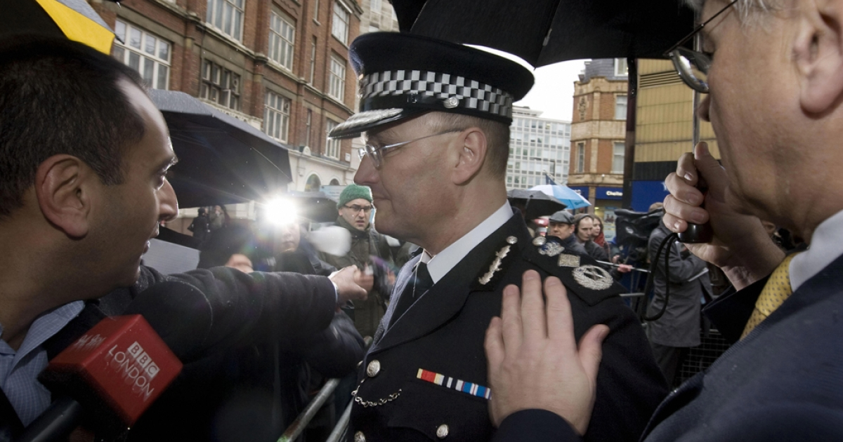 Sir Paul Stephenson (C), new Metropolitan Police Commissioner, talks to the media in central London, on January 28, 2009.</p>