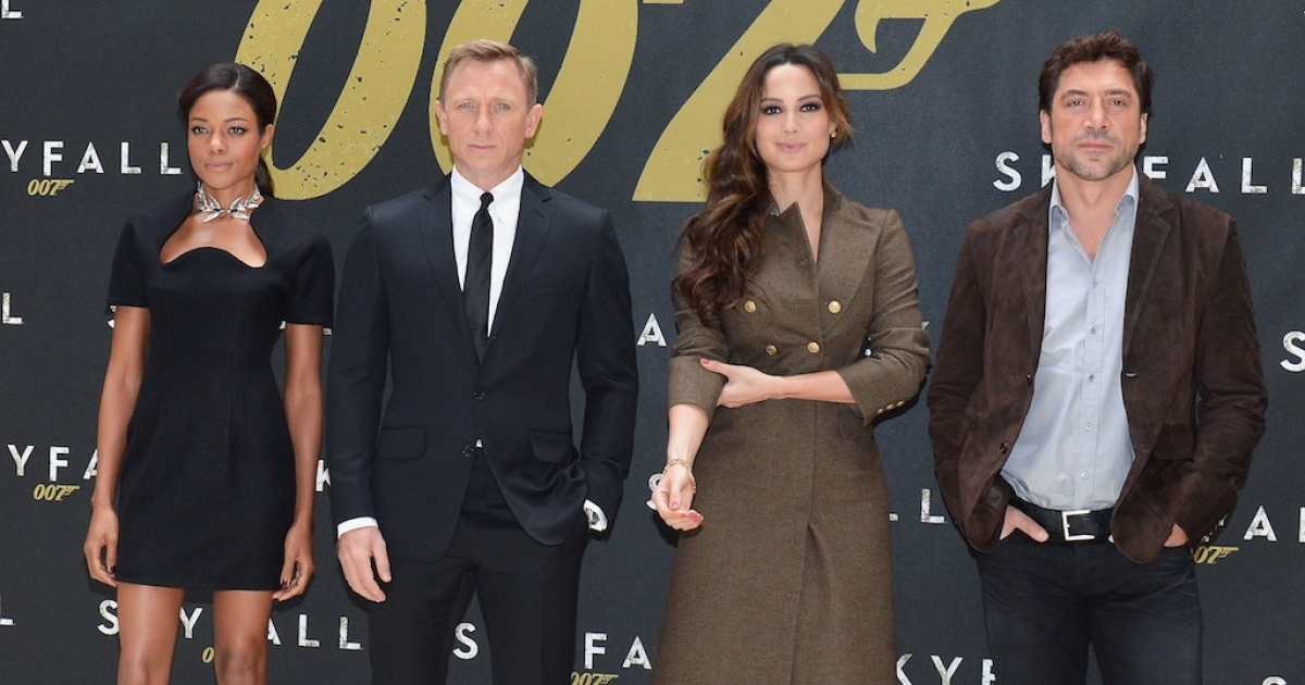 NEW YORK, NY - OCTOBER 15: (L-R) Actors Naomie Harris, Daniel Craig, Bernice Marlohe and Javier Bardem attend 'Skyfall' Cast Photo Call at Crosby Street Hotel on October 15, 2012 in New York City.</p>