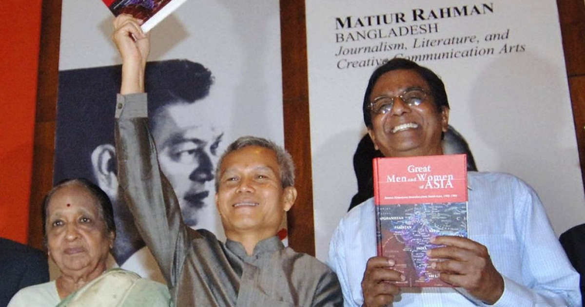Lao activist Sombath Somphone (center) at a 2005 award ceremony in the Philippines.</p>