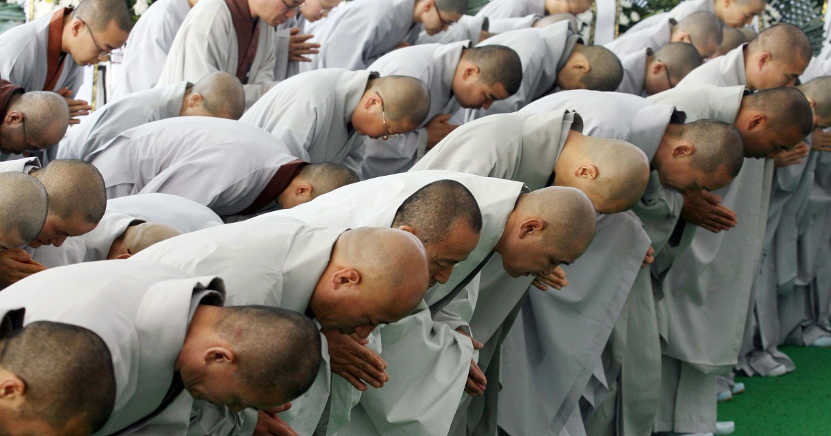 Buddhist monks mourn at the memorial altar for former South Korean president Roh Moo-Hyun in his hometown of Bongha village in Gimhae about 450 km southeast of Seoul on May 27, 2009.</p>