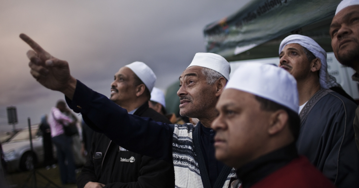 South African muslims attempt to spot the new moon that would mark the end of the fasting month of Ramadan and the starting of the Eid al Fitr celebrations on September 9, 2010 ahead of the evening prayer on the Sea Point promenade in Cape Town, South Africa.</p>