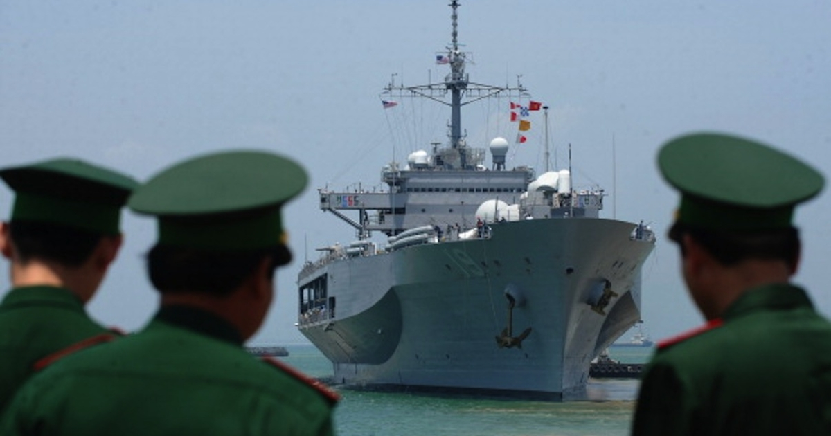 Vietnamese border guards watch the US Seventh Fleet's USS Blue Ridge entering port as Vietnam welcomes the port call of three US naval ships in the central city of Danang on April 23, 2012.</p>