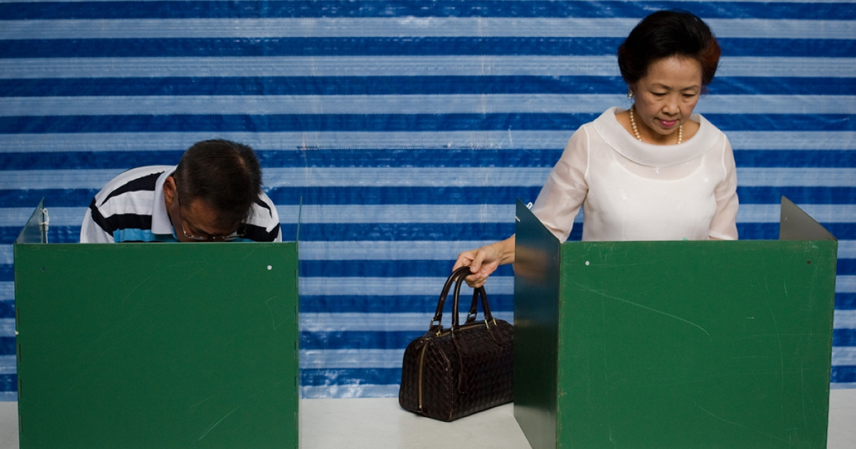 Thai people cast their vote at the Sawadee school in Bangkok on July 3, 2011.  Thailand voted in a hard-fought election pivotal to the future of the divided kingdom after years of political turmoil pitting the ruling elite against the disaffected rural poor.</p>