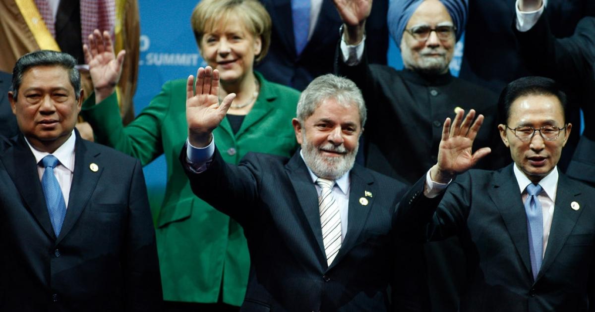 L-R: Indonesia's President Susilo Bambang Yudhoyono, Germany's Chancellor Angela Merkel, Brazil's President Luiz Inacio Lula da Silva, India's Prime Minister Manmohan Singh, South Korea's President Lee Myung-bak wave during a family photo at the G20 Summit in Seoul on November 12, 2010.</p>