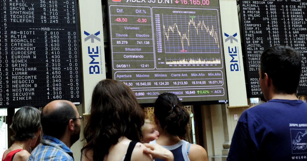 Visitors look at screens in Madrid's Stock Exchange on Aug. 4, 2011 in Madrid, Spain.</p>