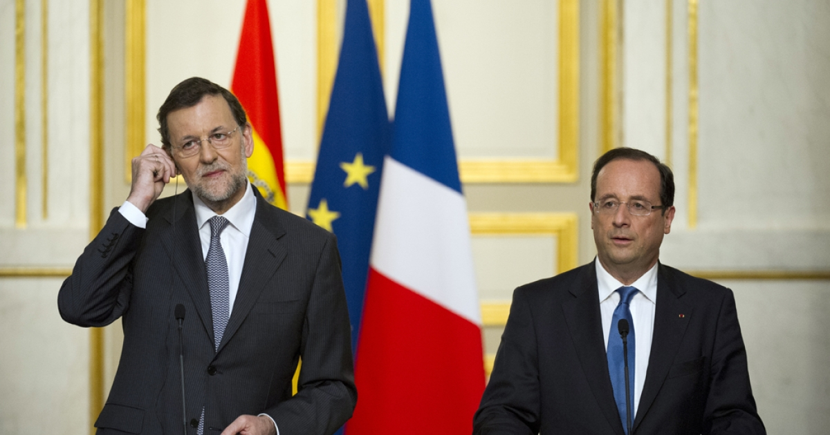 Spain's Prime Minister Mariano Rajoy and French President Francois Hollande (R) arrive for a press conference after a meeting at the Elysee Presidential Palace on May 23, 2012 in Paris.</p>