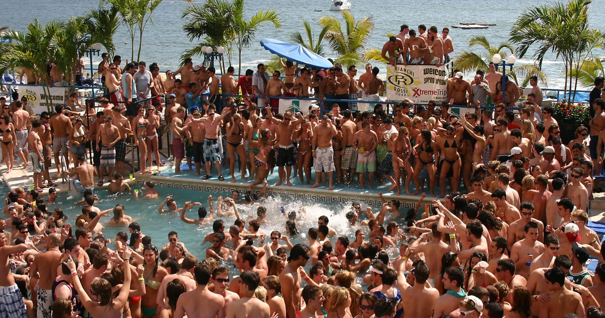 Hundreds of US students enjoying their spring break have fun in the swimming pool of a hotel in Acapulco, Mexico in March 2009.</p>