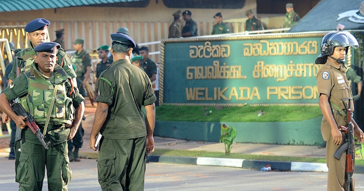 Sri Lankan soldiers stand guard near the Welika maximum prison in Colombo on November 10, 2012. Sri Lanka's military was called in to quell the worst prison riot in nearly three decades that left at least 27 people dead and 43 wounded, officials said.</p>