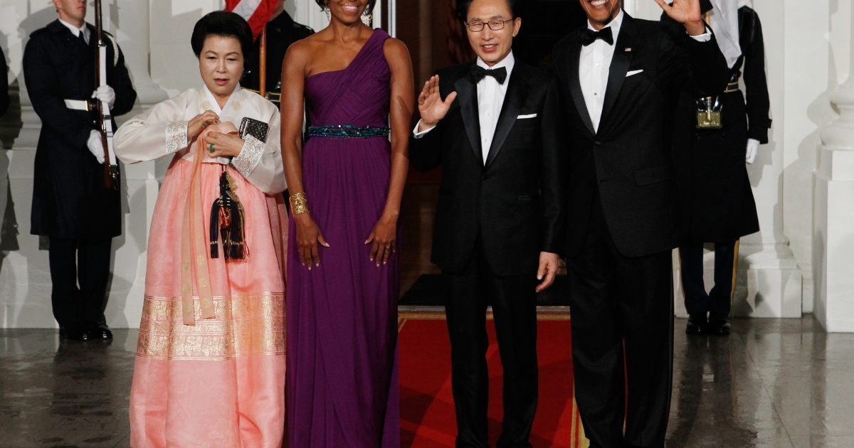 (L-R) Republic of Korea first lady  Kim Yoon-ok, U.S. first lady Michele Obama, Republic of Korea President Lee Myung-bak and U.S. President Barack Obama pose for photographs on the North Portico of the White House before attending the state dinner on Oct. 13, 2011.</p>