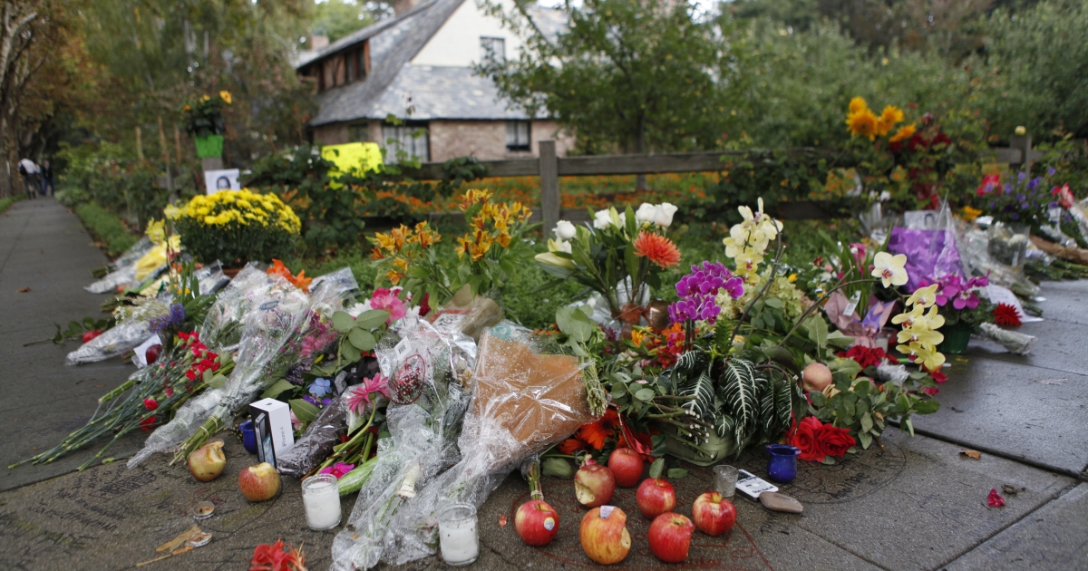 Flowers and messages are placed in memory of Steve Jobs outside the residence of the Apple co-founder in Palo Alto on October 6, 2011.</p>