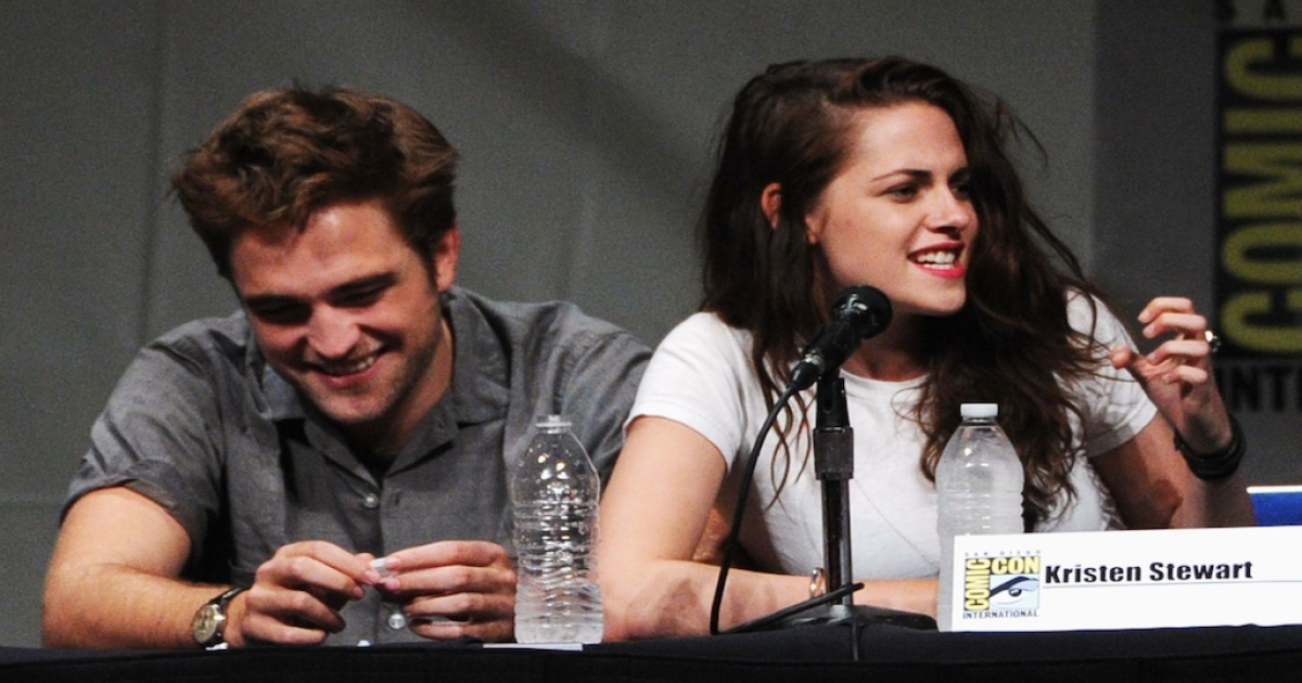 Actors Robert Pattinson (L) and Kristen Stewart speak at
