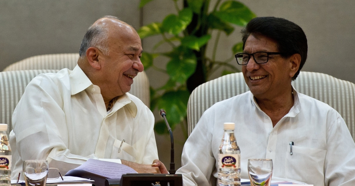 Indian Power Minister Sushilkumar Shinde (L) and Civil Aviation Minister Ajit Singh (R) shake hands during a meeting in New Delhi on June 6, 2012. Shinde has been appointed the new home minister in the midst one of India's largest electricity crises.</p>