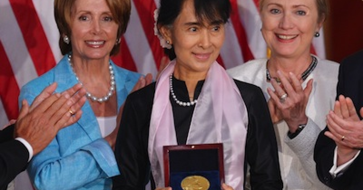 Myanmar parliamentarian and democracy icon Aung San Suu Kyi holds the Congressional Gold Medal as she poses with House Minority Leader Nancy Pelosi, D-CA, and US Secretary of State Hillary Clinton September 19, 2012 in the Rotunda of the Capitol in Washington, DC.</p>