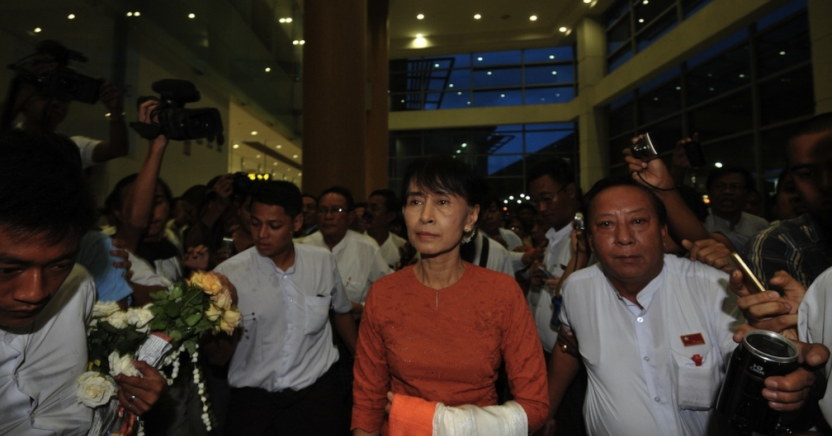 Myanmar opposition leader Aung San Suu Kyi arrives at the Yangon International airport on May 29, 2012 enroute to Thailand.</p>