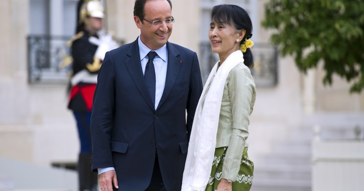 Myanmar pro-democracy leader Aung San Suu Kyi (R) is welcomed by French President François Hollande at the Elysee presidential Palace in Paris, on June 26, 2012.</p>