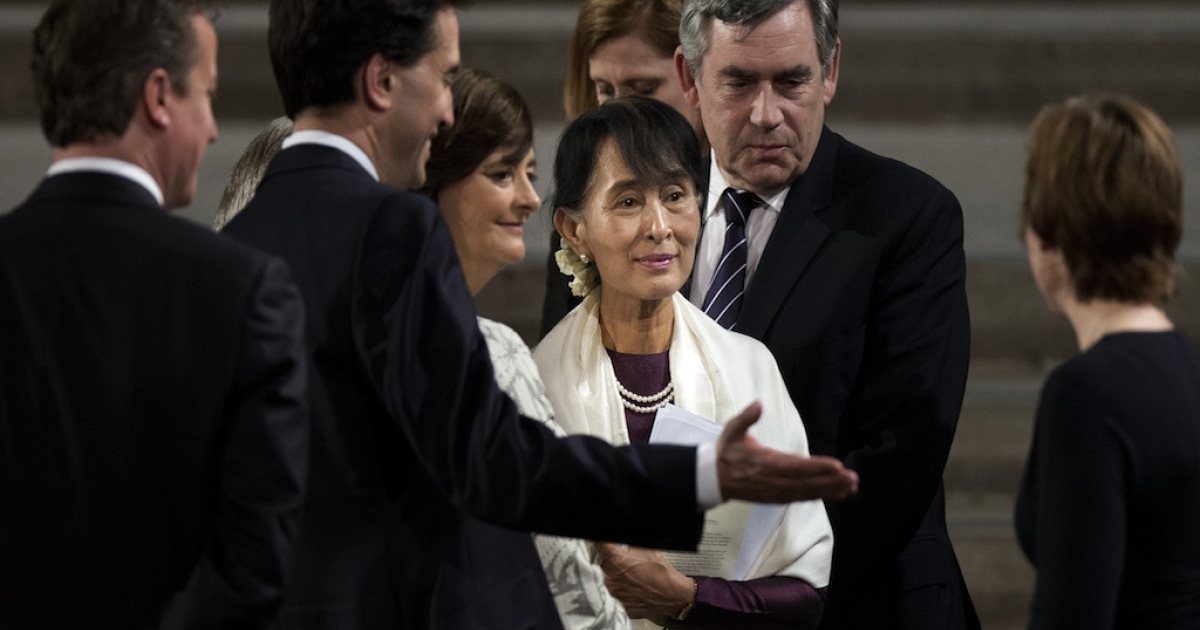 British Prime Minister David Cameron (L), opposition Labor Party leader Ed Miliband (2L), lawyer and wife of former prime minister Tony Blair, Cherie Blair (3L), and former British prime minister Gordon Brown (2R) meet with Myanmar democracy icon Aung San Suu Kyi (C) following her address both houses of parliament in Westminster Hall, central London, on June 21, 2012.</p>