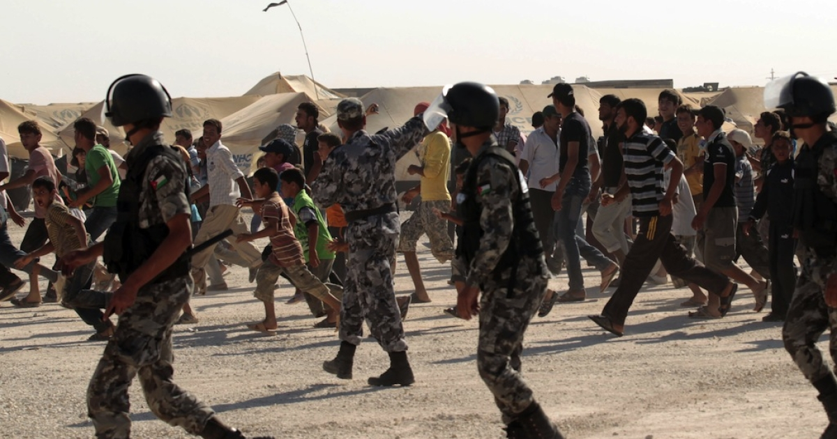 Syrian refugees seen running as UN Syria peace envoy Lakhdar Brahimi arrives at the at Zaatri refugee camp, close to the northern Jordanian city of Mafraq, and home to some 30,000 Syrians fleeing the violence in their own country, on 18 Sept. 2012.</p>