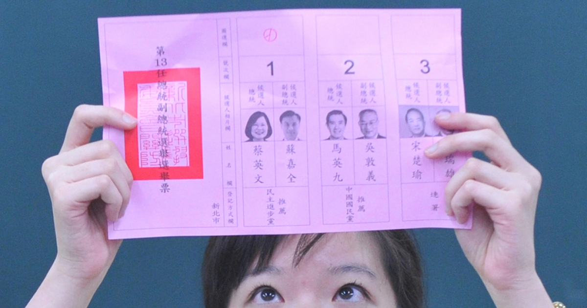 A election worker counts the ballots for presidential candidates in Taipei on Jan. 14, 2012.</p>