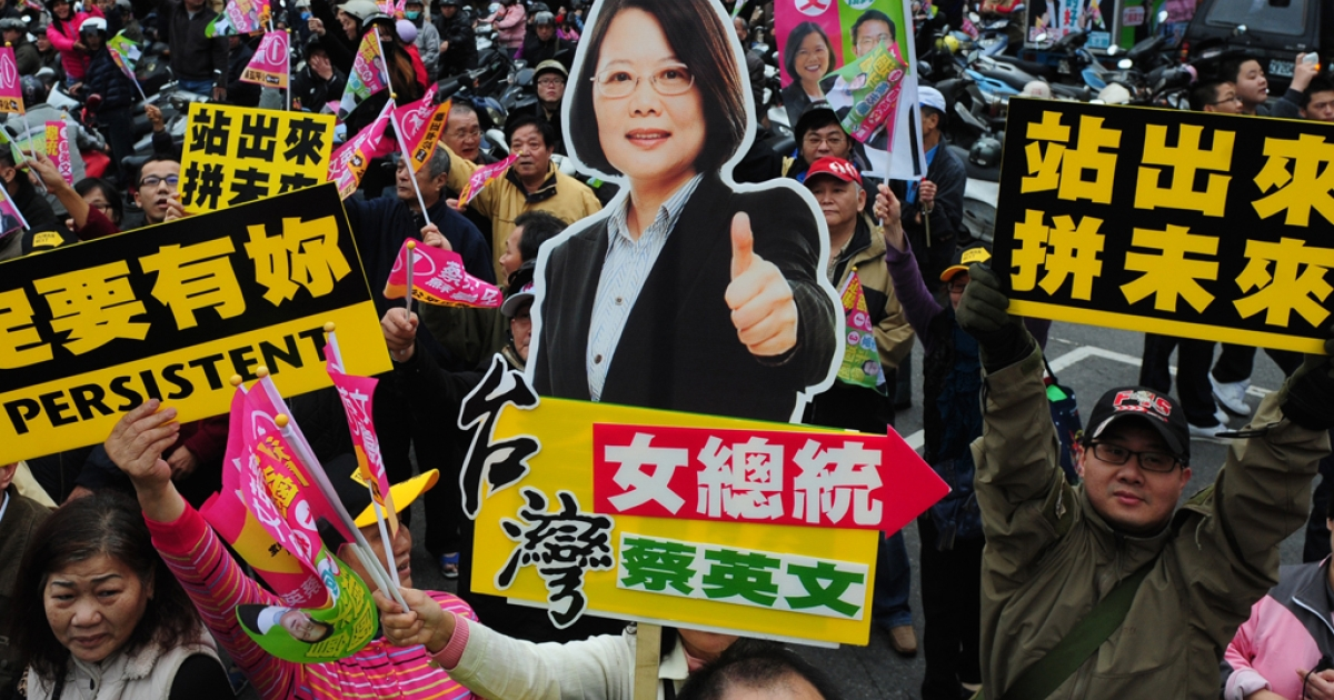 Supporters of Taiwan's main opposition Democratic Progressive Party (DPP) presidential candidate Tsai Ing-wen hold up placards during a motorcade in Luzhou District of New Taipei City on January 13, 2012.</p>