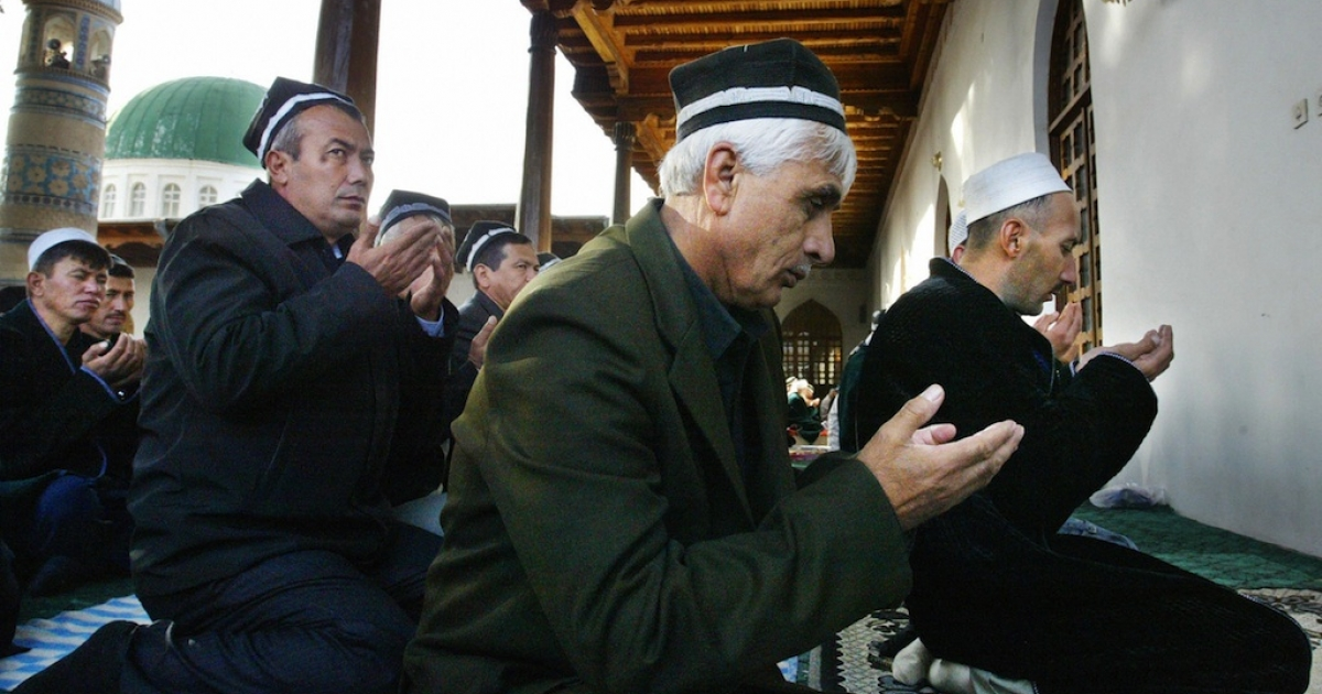 Tajik Muslims pray in the Mavlonoa Mosque outside Dushanbe October 24, 2006.</p>