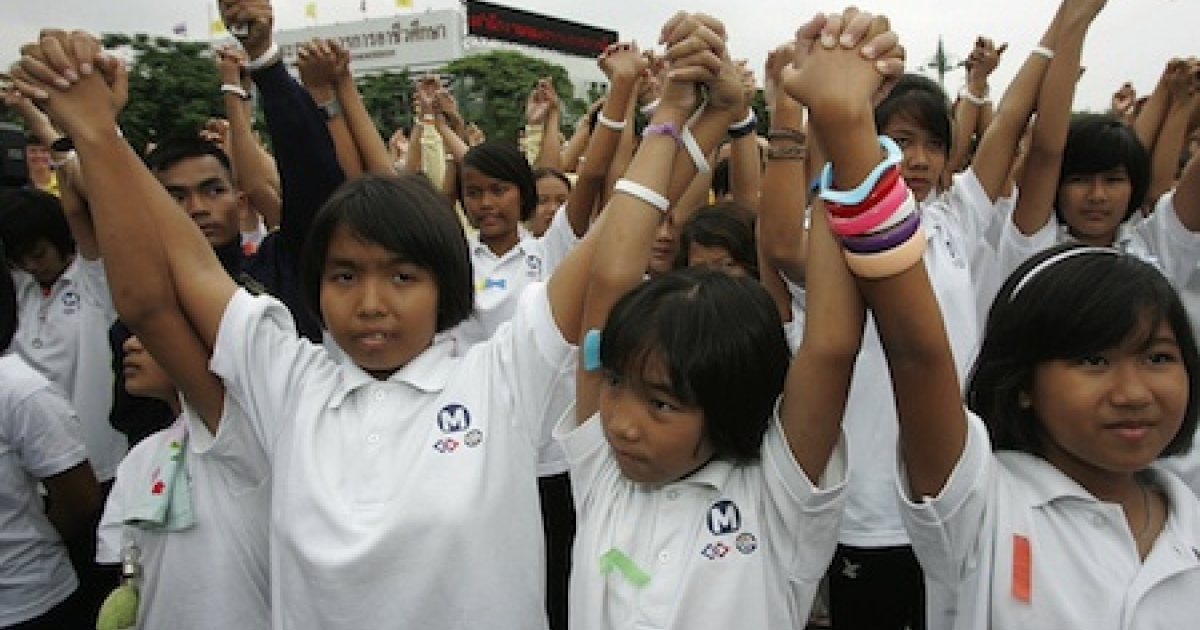 Thai students raise their arms during a campaign for the International day for the Eradication of Poverty in front of the United Nations headquarters in Bangkok, 17 October 2007.</p>