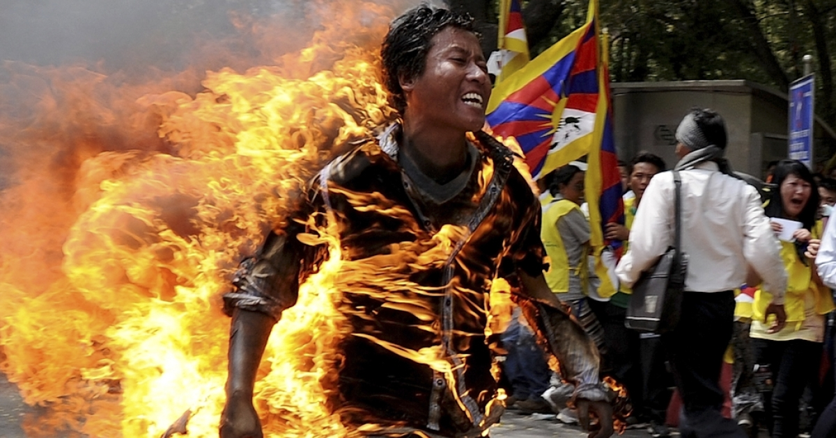 Tibetan exile Jampa Yeshi runs as he is engulfed in flames after he set himself on fire during a protest in New Delhi on March 26, 2012.  A Tibetan exile set himself on fire on Monday during a rally in New Delhi to protest against an upcoming visit to India by Chinese President Hu Jintao, police said.</p>