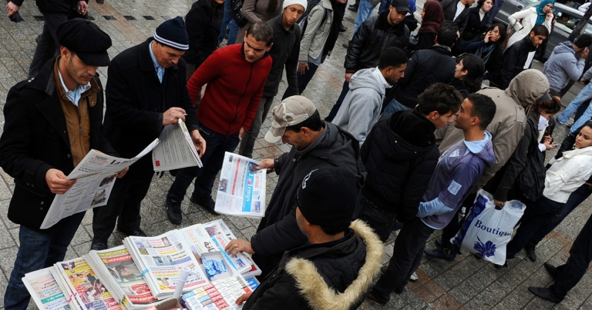 Tunisians read newspapers in the center of Tunis after the overthrow of the dictator Zine El Abidine Ben Ali.</p>