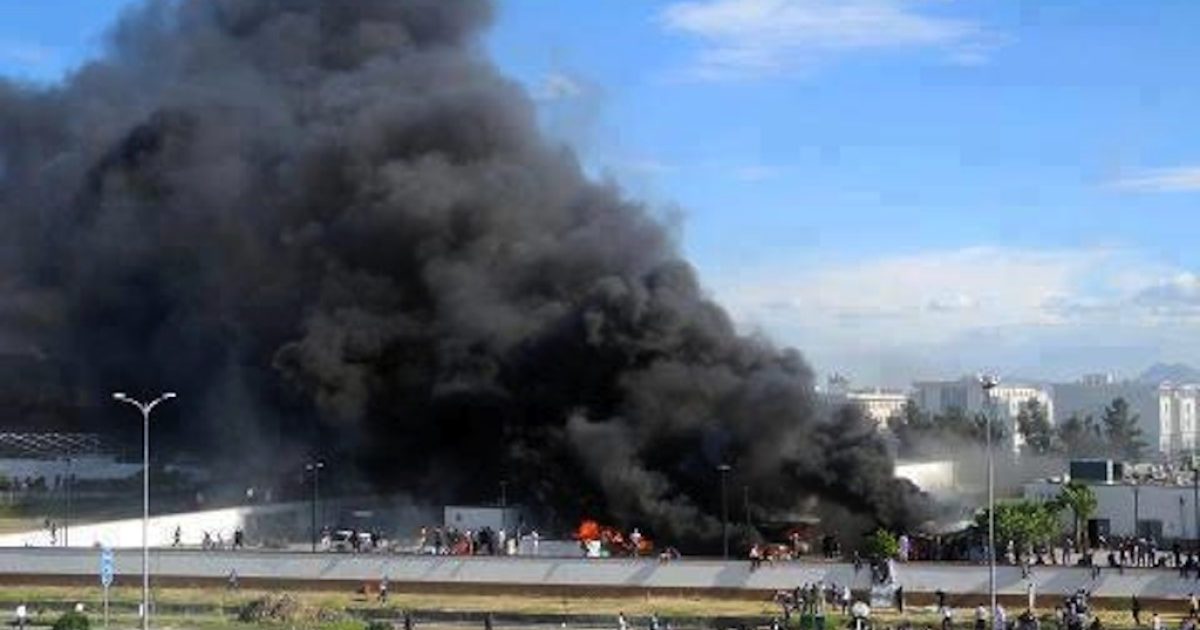 Black smoke seen billowing from the US Embassy in Tunis.</p>
